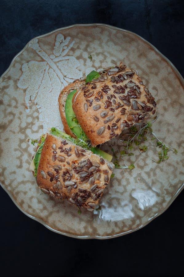 Sandwich mit Avocado, Käse und Sprösslingen stockfotos