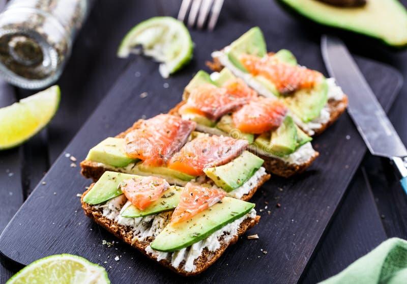 Sandwich mit Avocado und geräuchertem Lachs stockfotografie