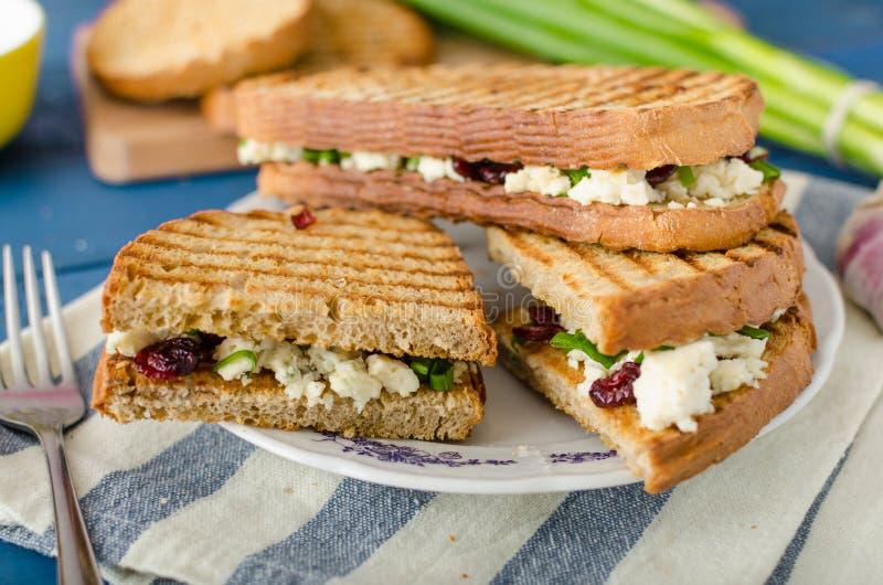 Sandwich mit Blauschimmelkäse und Moosbeeren stockfotos