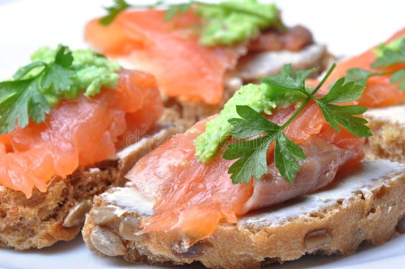 Sandwich mit den geräucherten Lachsen getrennt stockfotografie