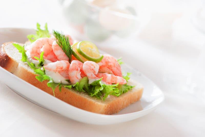 Sandwich mit Garnelen lizenzfreies stockfoto