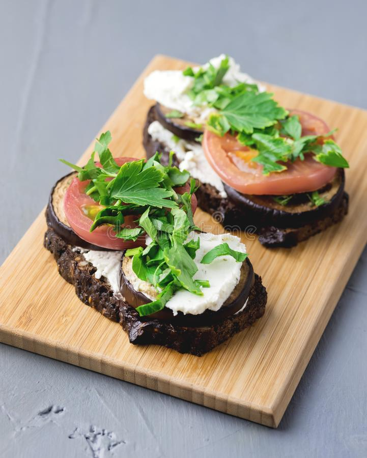 Sandwich mit gebratenen Gemüse-Zucchini Eggplan-Tomaten mit Hüttenkäse-hölzernem Hintergrund Bruschetta lizenzfreies stockfoto