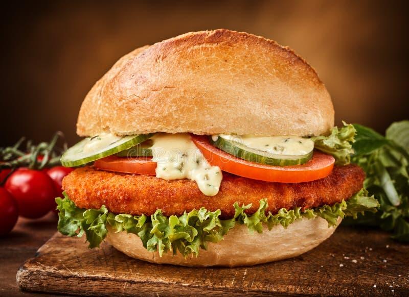 Sandwich mit Gemüse und gebratenem Kotelett lizenzfreies stockbild