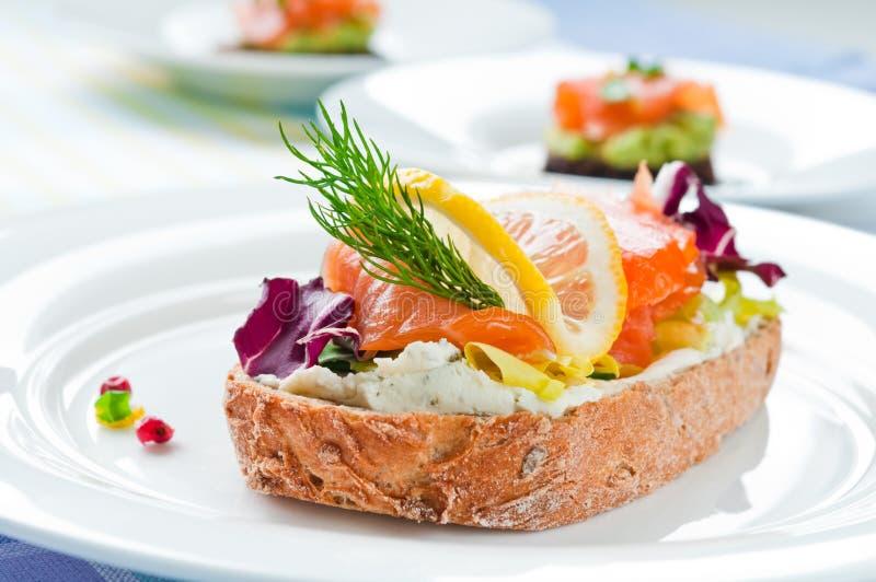Sandwich mit geräuchertem Lachs lizenzfreie stockbilder