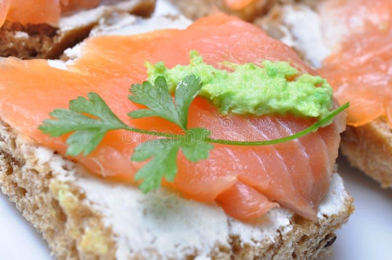 Sandwich mit geräucherten Lachsen lizenzfreie stockbilder