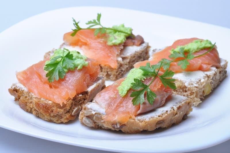 Sandwich mit geräucherten Lachsen stockfotografie