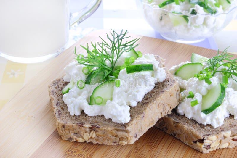 Sandwich mit Hüttenkäse lizenzfreie stockfotos