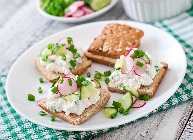 Sandwich mit Hüttenkäse stockfotos