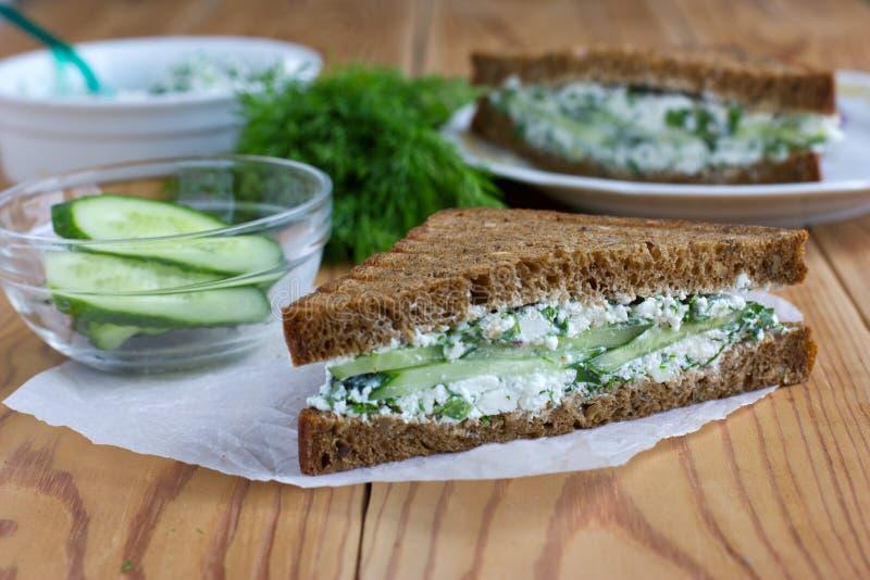 Sandwich mit Hüttenkäse, Gurke und Dill lizenzfreie stockfotos