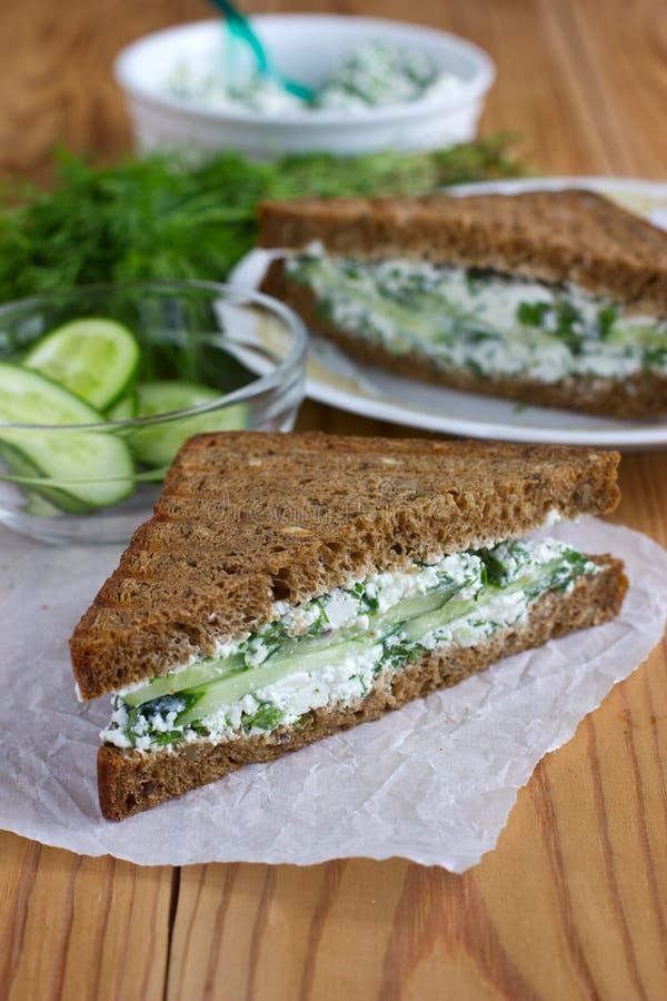 Sandwich mit Hüttenkäse, Gurke und Dill lizenzfreie stockfotografie