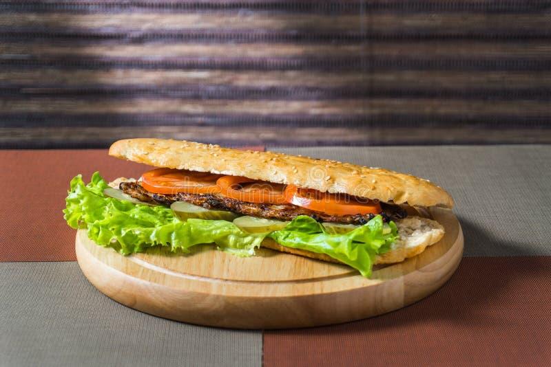 Sandwich mit Hieb und Frischgemüse lizenzfreies stockfoto