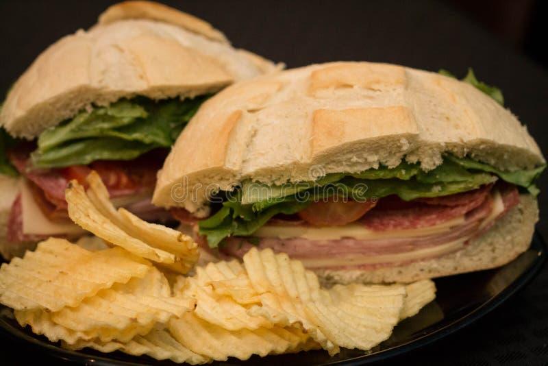 Sandwich mit Kräuselungschips stockbild