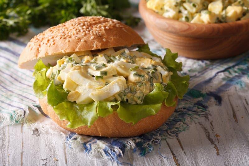 Sandwich mit nahem hohem des Eiersalats und des Kopfsalates horizontal stockfoto