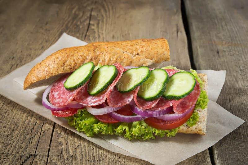 Sandwich mit Salami, Tomate und Kopfsalat stockfotos