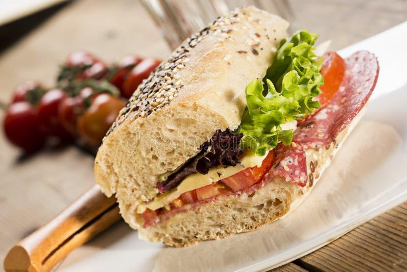 Sandwich mit Samen und Salat des indischen Sesams lizenzfreie stockfotos