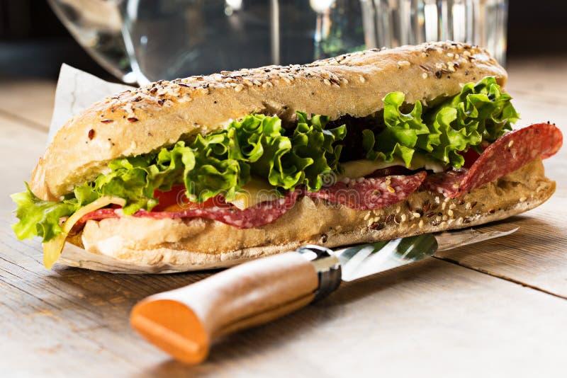 Sandwich mit Samen und Salat des indischen Sesams lizenzfreies stockfoto