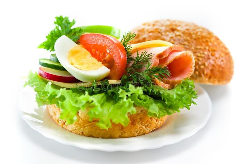 Sandwich mit Schinken, Käse, Frischgemüse und Ei stockbilder