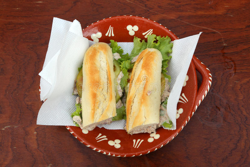 Sandwich mit Thunfisch und Salat L lizenzfreies stockbild