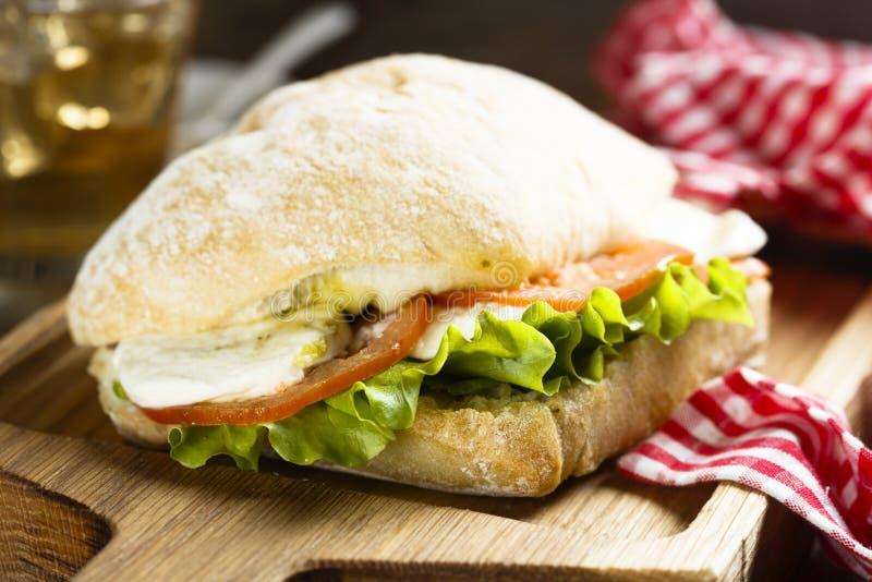 Sandwich mit Tomate, Mozzarella und Kopfsalat lizenzfreie stockfotografie