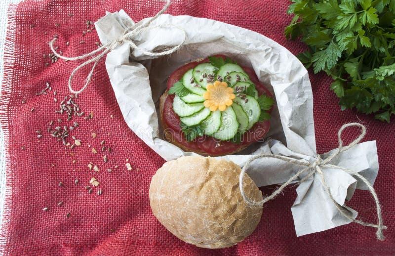 Sandwich mit Tomate und Gurke, Lebensmittel des strengen Vegetariers, Teller des Frischgemüses stockbilder