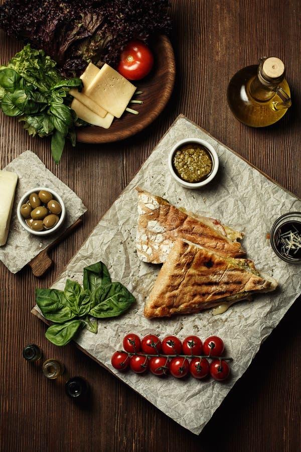 Sandwich mit Weißbrotpetersilie und roten Kirschtomaten auf einer weißen Platte lizenzfreie stockfotos
