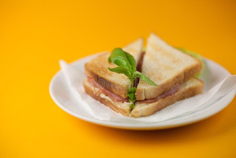Sandwich op een gele achtergrond royalty-vrije stock afbeeldingen
