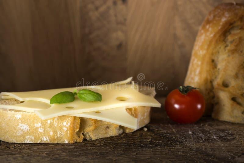 Sandwich ouvert avec du fromage d'emmenthal images libres de droits