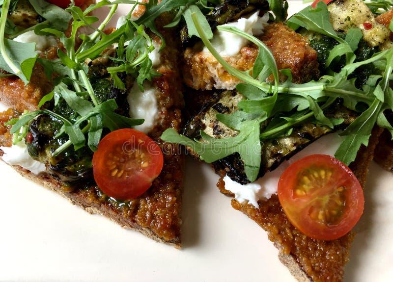 Sandwich ouvert avec les légumes organiques frais images stock