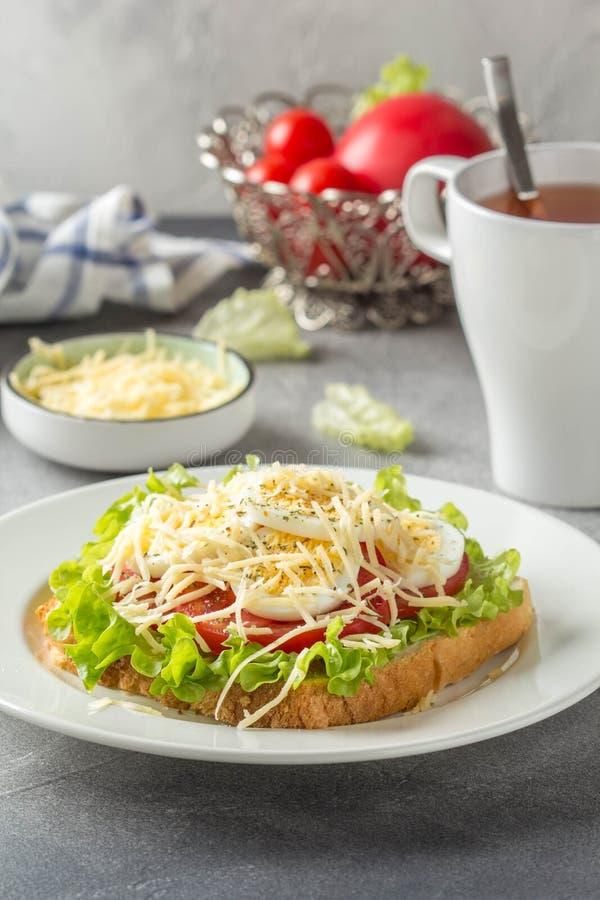 Sandwich ? pain blanc avec de la laitue, la tomate, l'oeuf ? la coque et le fromage r?p? D?jeuner d?licieux, petit d?jeuner sain  images libres de droits