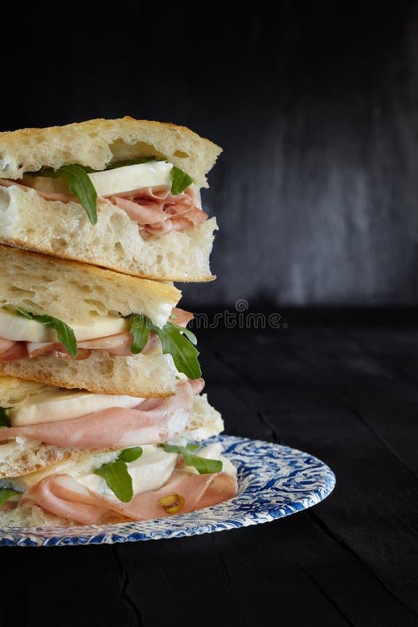 Sandwich-Pizza-Mortadella-Mozzarella stockfotos