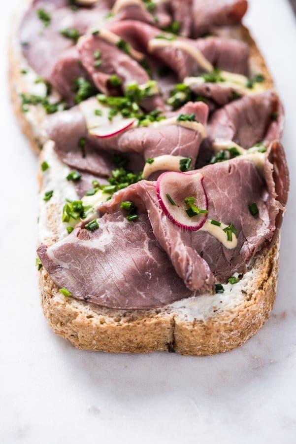 Sandwich rôti coupé en tranches à boeuf photographie stock