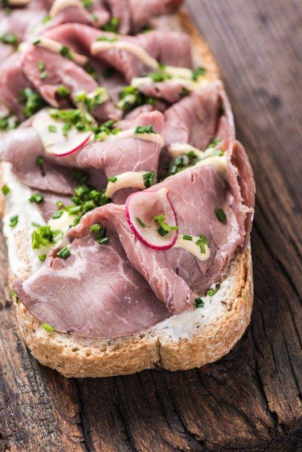 Sandwich rôti coupé en tranches à boeuf photos stock