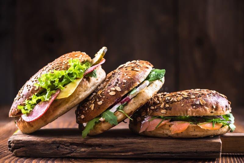 Sandwich sain à bagels sur le conseil en bois photo stock