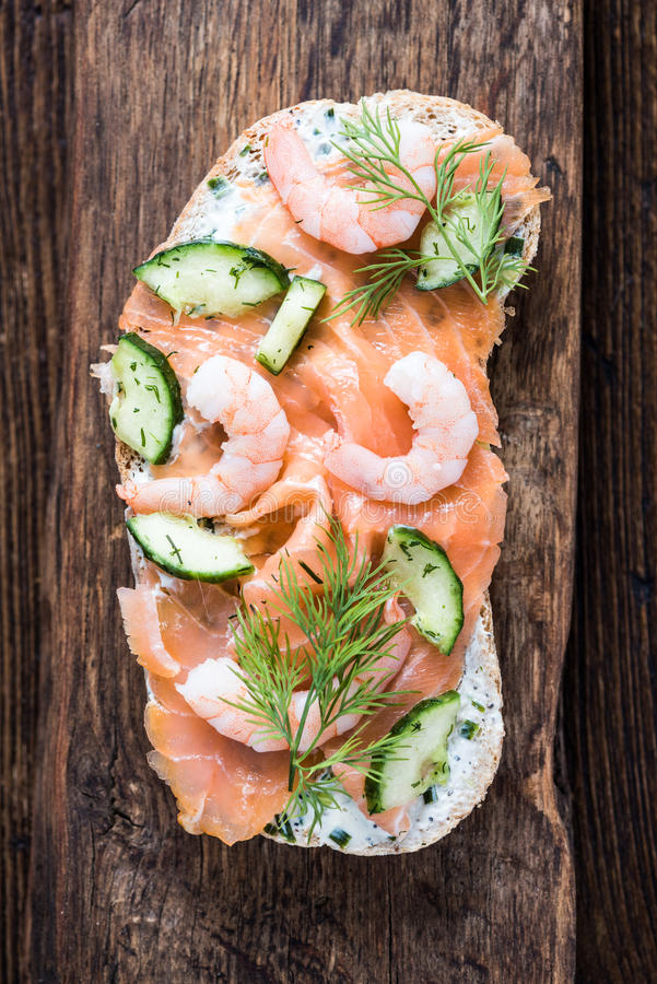 Sandwich sain à crevette rose et à saumons image libre de droits
