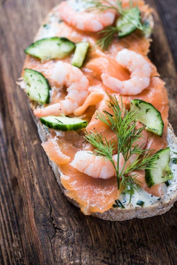 Sandwich sain à crevette rose et à saumons images libres de droits
