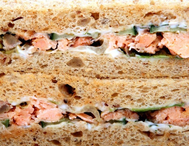 Sandwich sain à salade de nourriture, de crevette rose et de saumons sur le pain brun photo stock