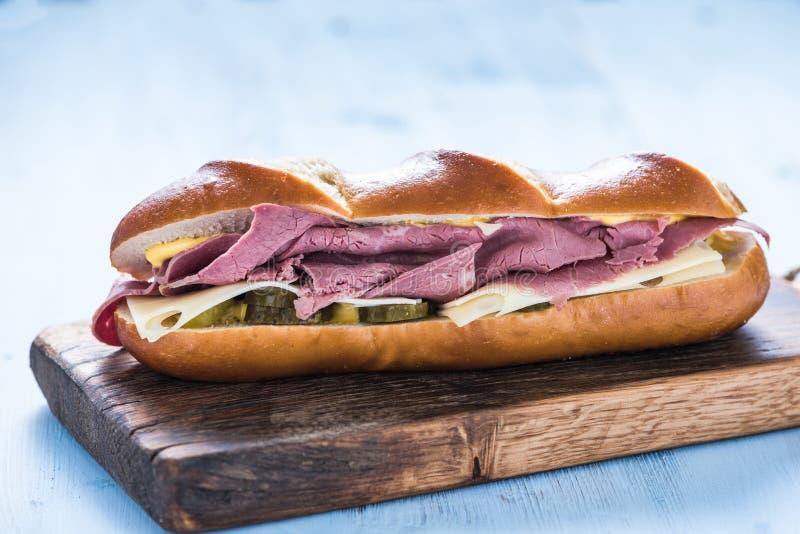 Sandwich sain avec du boeuf rôti photographie stock
