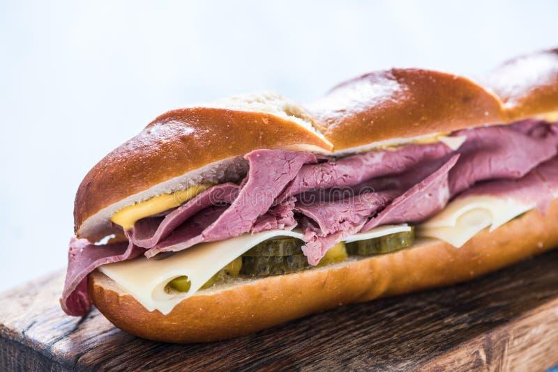 Sandwich sain avec du boeuf rôti image stock