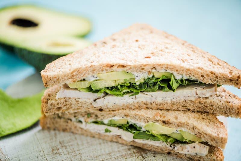 Sandwich sain avec l'avocat et le poulet image stock