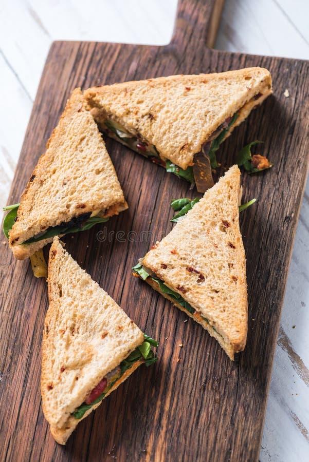 Sandwich sain coupé en tranches à bord photographie stock