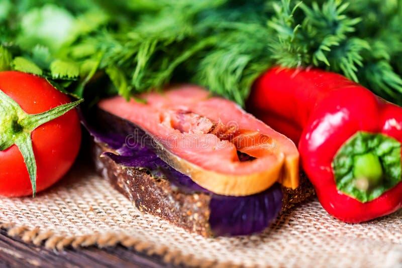 Sandwich savoureux à saumons fumés avec du pain de seigle images stock