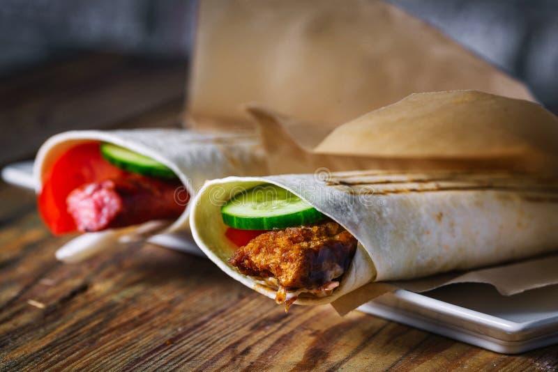 Sandwich ? Shawarma - rouleau frais de lavash mince photographie stock libre de droits