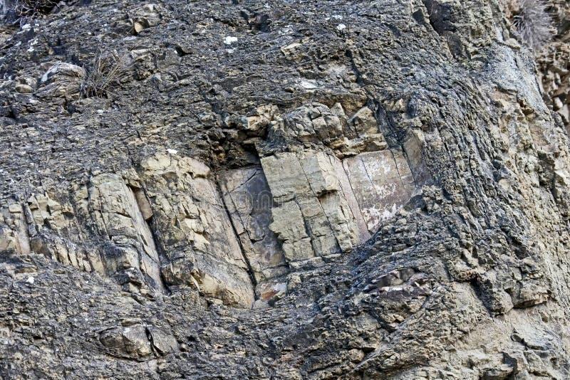Sandwich-Struktur des Steinfelsens unter der Festung in Tiflis lizenzfreie stockfotografie