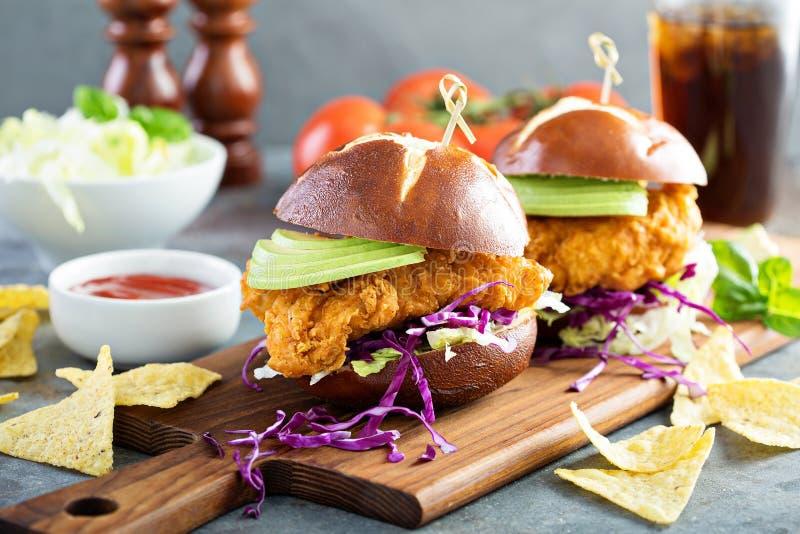 Sandwich tendre à poulet avec l'avocat et le slaw image stock