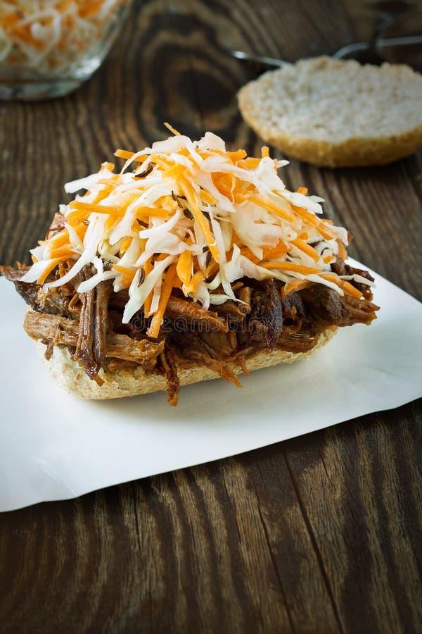 Sandwich tiré à barbecue de porc avec le slaw de chou photographie stock