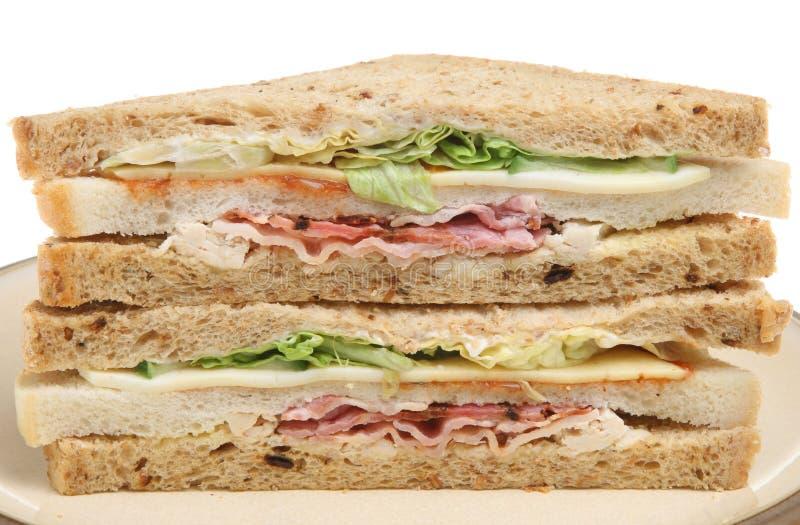 Sandwich triple avec le lard, le poulet et le fromage images stock