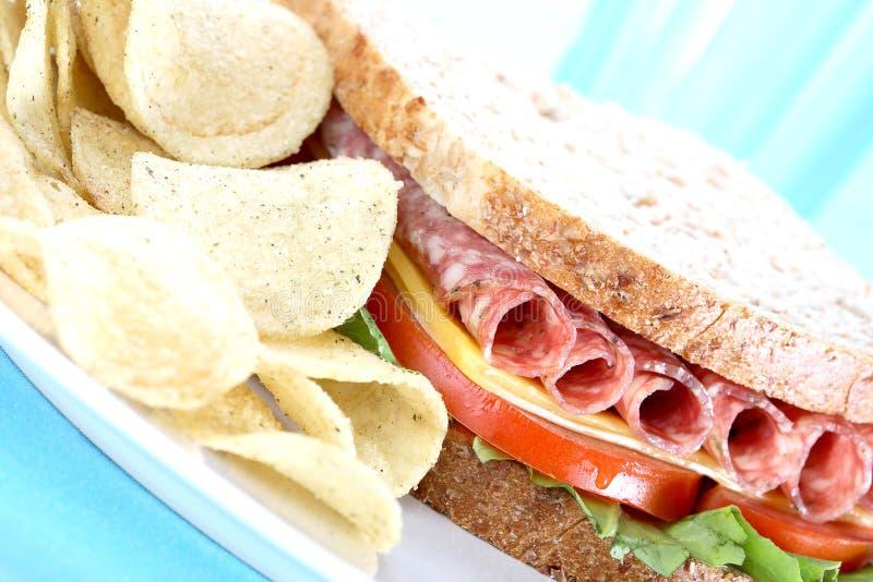 Sandwich und Chipsletten lizenzfreie stockfotografie