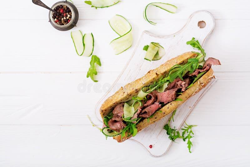Sandwich van geheel tarwebrood met braadstukrundvlees royalty-vrije stock foto's