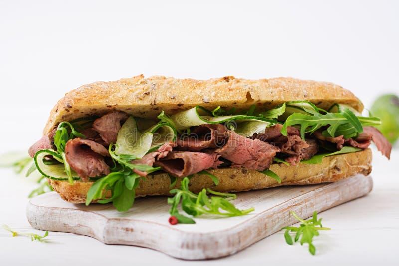 Sandwich van geheel tarwebrood met braadstukrundvlees stock fotografie
