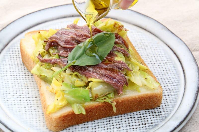 Sandwich van rundvlees en kool met olie royalty-vrije stock foto
